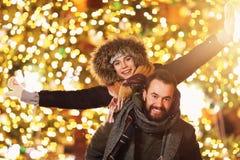 Erwachsene Paare, die heraus in der Stadt während der Weihnachtszeit hängen stockfotos