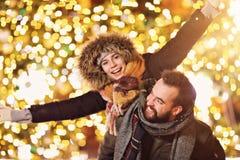 Erwachsene Paare, die heraus in der Stadt während der Weihnachtszeit hängen stockfoto