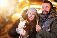 Erwachsene Paare, die heraus in der Stadt während der Weihnachtszeit hängen lizenzfreie stockfotografie