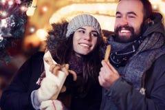 Erwachsene Paare, die heraus in der Stadt während der Weihnachtszeit hängen stockbilder