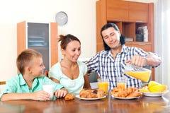 Erwachsene Paare mit einem Jugendlichen während des Frühstücks Lizenzfreies Stockbild