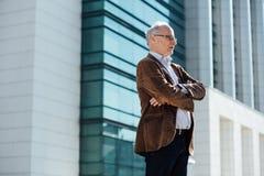 Erwachsene Person mit grauem Haarelegantem draußen gekleidet Lizenzfreie Stockfotos