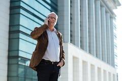 Erwachsene Person mit grauem Haarelegantem draußen gekleidet Lizenzfreies Stockbild