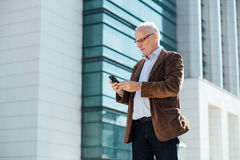 Erwachsene Person mit grauem Haarelegantem draußen gekleidet Lizenzfreie Stockfotografie