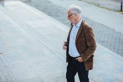 Erwachsene Person mit grauem Haarelegantem draußen gekleidet Stockbild