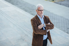 Erwachsene Person mit grauem Haarelegantem draußen gekleidet Lizenzfreies Stockfoto