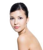 Erwachsene schöne Frau mit frischer sauberer Haut Stockbild