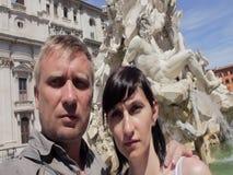 Erwachsene selfie Paarumarmung und in einem Stadtbrunnen sich küssen stock footage