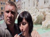 Erwachsene selfie Paarumarmung und in einem Stadtbrunnen sich küssen stock video footage