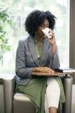 Erwachsene Studenten-Drinking Coffee Before-Klasse lizenzfreies stockfoto