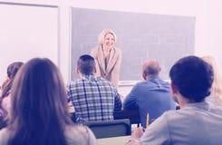 Erwachsene Studenten mit Lehrer im Klassenzimmer lizenzfreie stockbilder