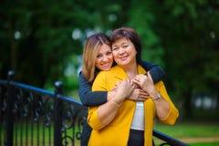 Erwachsene Tochter mit der älteren Mutter lizenzfreie stockfotografie