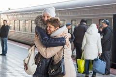 Erwachsene Tochter traf meine Mutter am Zug an der Station Lizenzfreie Stockfotografie