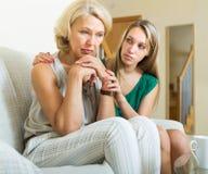 Erwachsene Tochter und Mutter nach Streit Stockbilder