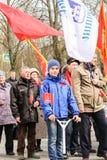Erwachsene und Jugendliche an einer festlichen Demonstration Lizenzfreies Stockfoto