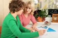 Erwachsene und junge Frauen mit Dokumenten Lizenzfreies Stockfoto