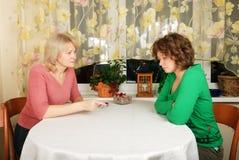 Erwachsene und junge Frauen: schwieriges Gespräch Stockbilder