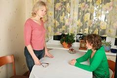 Erwachsene und junge Frauen: schwieriges Gespräch Lizenzfreies Stockbild