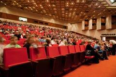 Erwachsene und Kinder im Auditorium des Zirkuses Stockfotografie