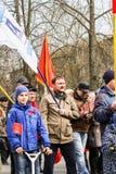 Erwachsene und Teenager an der Mai-Demonstration Lizenzfreie Stockfotos