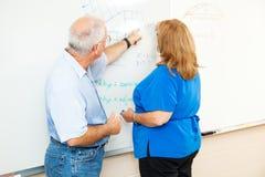 Erwachsenenbildung - unterrichtendes Mathe lizenzfreie stockfotos