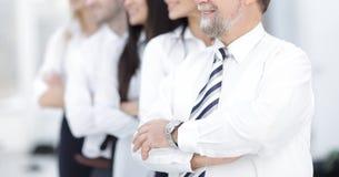 Erwachsener überzeugter Geschäftsmann auf Hintergrund des Geschäftsteams stockfotos