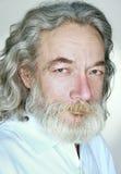 Erwachsener alter Mann mit grauem Haarlächeln lizenzfreie stockbilder