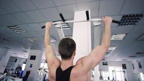 Erwachsener Athlet, der ZugUPS-Übung in einer Turnhalle tut stock video