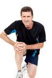 Erwachsener attraktiver Mann im Sportkleidungsknieschmerz-Verletzungsschmerz lokalisiert lizenzfreie stockfotografie