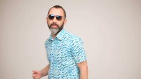 Erwachsener bärtiger Mann bei der Sonnenbrilleaufstellung stock video