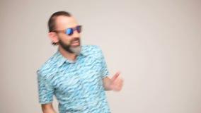 Erwachsener bärtiger Mann bei der Sonnenbrilleaufstellung stock video footage