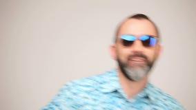 Erwachsener bärtiger Mann bei der Sonnenbrilleaufstellung stock footage