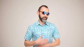 Erwachsener bärtiger Mann in der aufwerfenden und tanzenden Sonnenbrille stock video