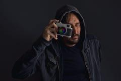 Erwachsener bärtiger Mann mit der staubigen Kamera, die Fotos macht Stockbilder