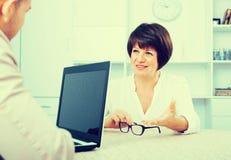 Erwachsener blonder Mann und Geschäftsfrau stehen in Verbindung Stockfoto