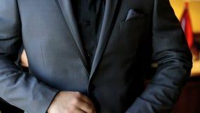 Erwachsener Bräutigam der Hochzeit vorbereitet für Hochzeitszeremonie Lizenzfreie Stockfotografie