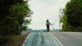 Erwachsener gehender Mannphotograph die Straße stock video