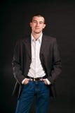 Erwachsener Geschäftsmann auf einem schwarzen Hintergrund Stockbilder