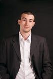 Erwachsener Geschäftsmann auf einem schwarzen Hintergrund Stockbild