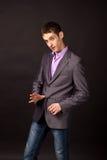 Erwachsener Geschäftsmann auf schwarzem Hintergrund Lizenzfreie Stockfotos