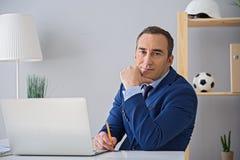 Erwachsener Geschäftsmann, der im Büro arbeitet lizenzfreie stockfotografie