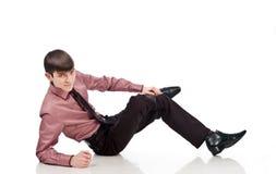 Erwachsener Geschäftsmann liegt auf einem Isolathintergrund Stockbilder