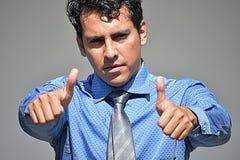 Erwachsener Geschäftsmann mit den Daumen, die oben Bindung tragen lizenzfreie stockfotografie