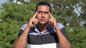 Erwachsener hispanischer Mann, der eine Idee hat stock video