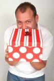 Erwachsener kaukasischer Mann mit Weihnachtskasten Lizenzfreie Stockfotos