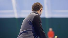 Erwachsener kaukasischer Mann schlug Berufs- Tennisball zu seinem Gegner stock footage