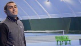 Erwachsener kaukasischer Mann zeigt sich Daumen am Tennisplatz stock video