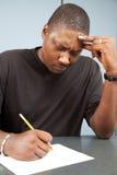 Erwachsener Kursteilnehmer mit Prüfungs-Angst stockfoto