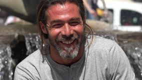 Erwachsener lachender und lächelnder Mann stock footage