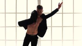 Erwachsener männlicher Tänzer auf weißem Studiohintergrund stock video